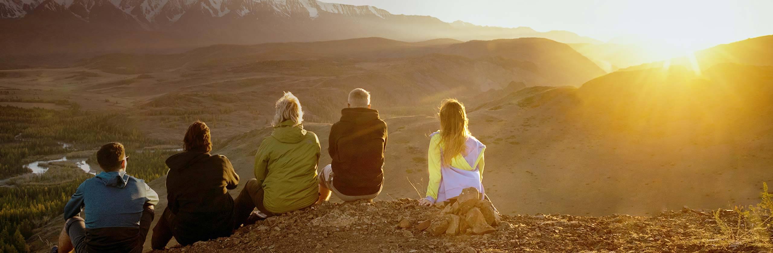 산의 풍경을 감상하는 가족