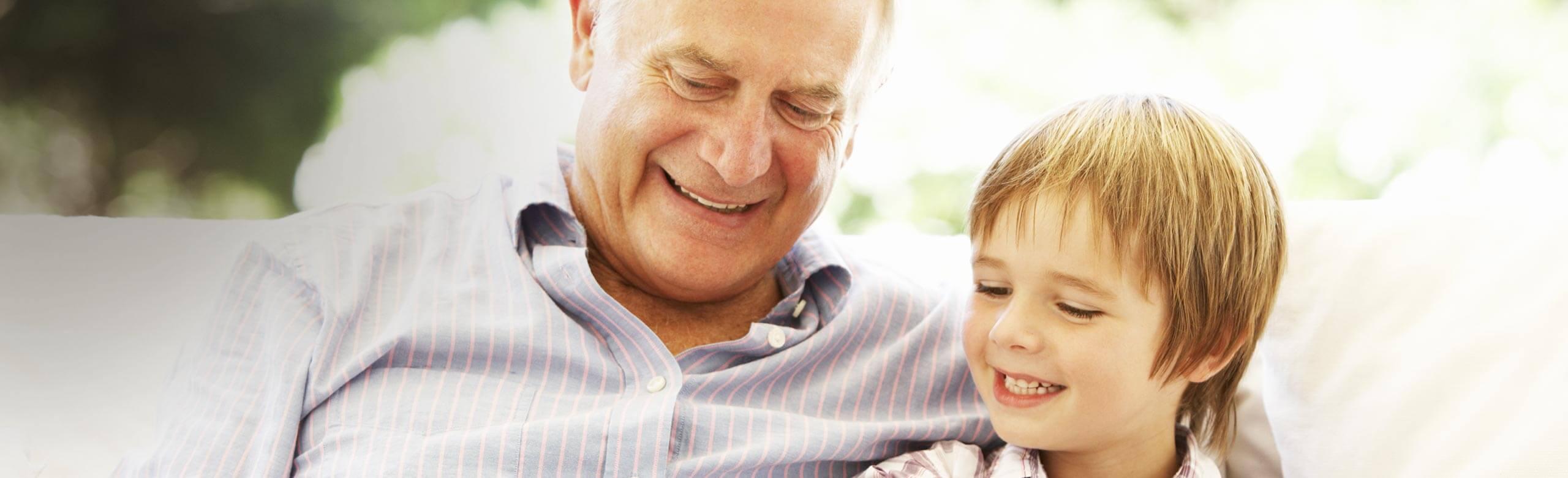 손자와 할아버지 웃고 있는 이미지