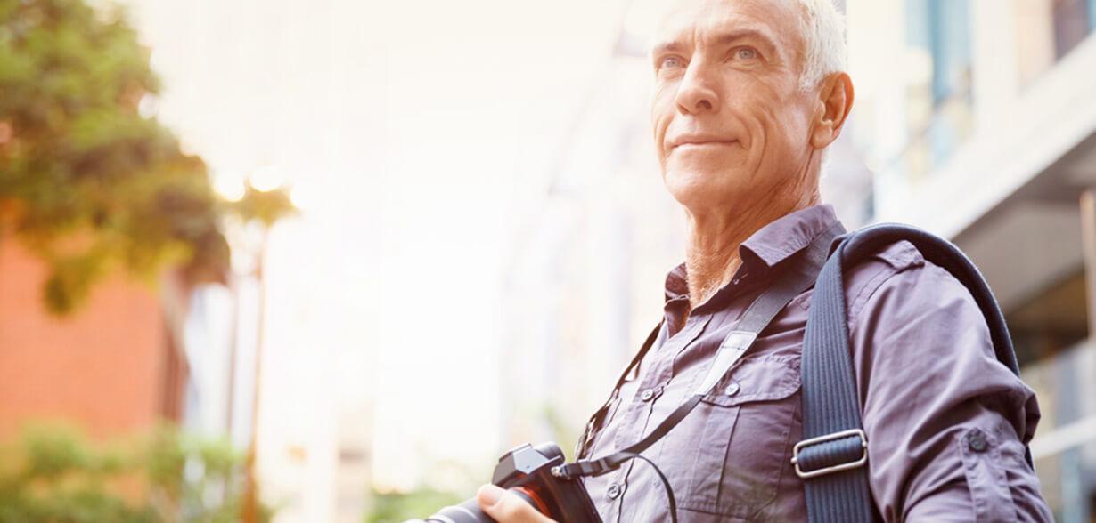 목에 카메라를 걸고 있는 남성