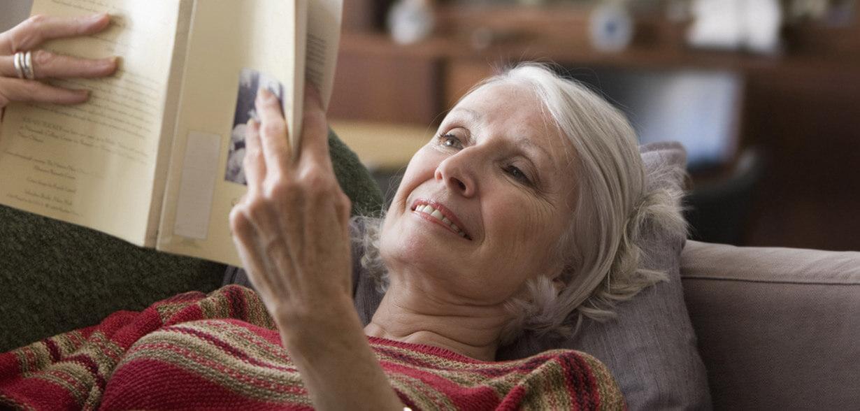 누어서 책 읽고 있는 여성