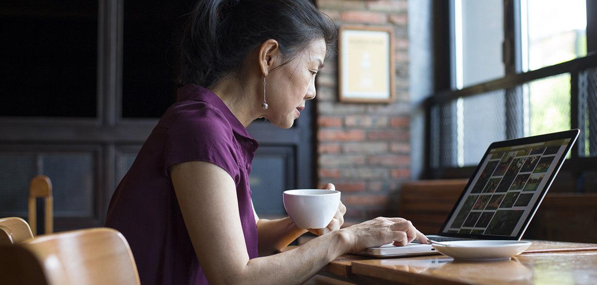 일하면서 커피마시는 여성