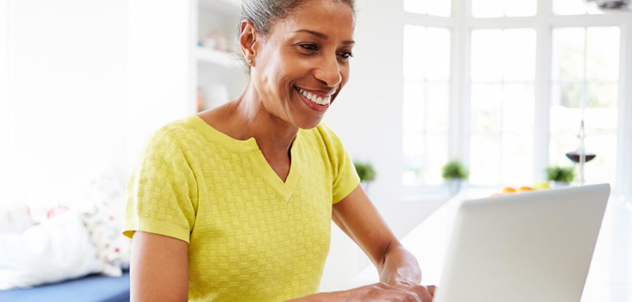 노트북 컴퓨터를 사용하고 있는 여성