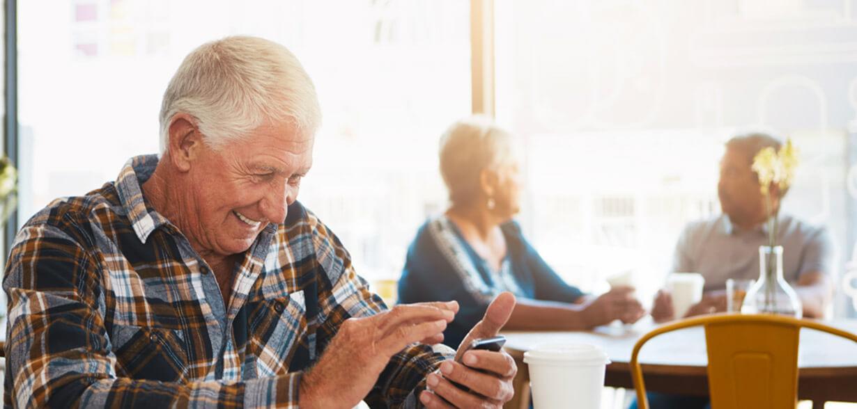 핸드폰 보고 있는 할아버지