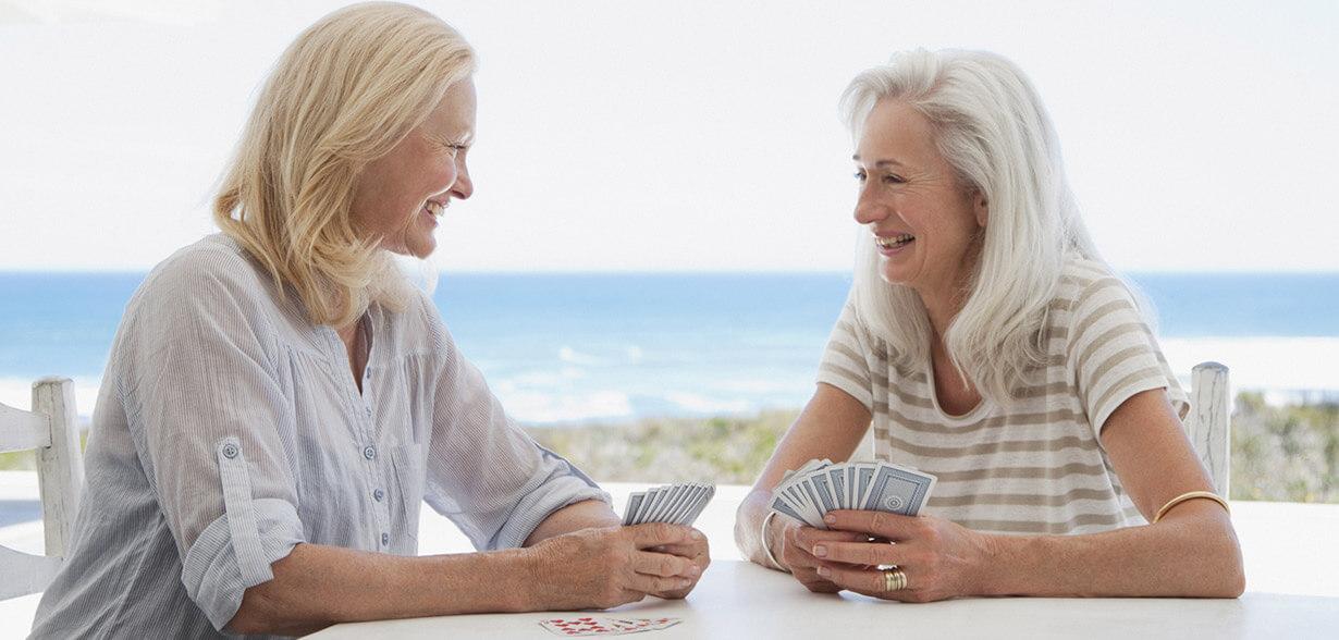 게임하고 있는 두 여성